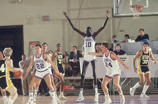 世界一背の高い民族【ディンカ族】出身の元NBA選手マヌート・ボルが異次元のデカさ。