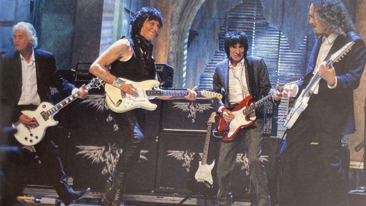"""ジェフを取り囲む 往年のギター""""少年""""  ワクワク感たっぷりに近くで見ていてもその技はつかめない"""