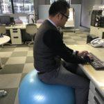 イスの代わりにバランスボールで仕事するようになったら体感が鍛えられて腰痛が緩和された。
