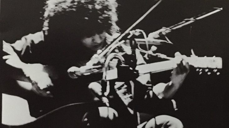 井上陽水「東へ西へ」乾いたギターのストローク、必死でコピーしました。激しい中での憂い、優しさ、儚さが渾然一体になっている不思議さ。