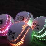 薄暗い中でもキャッチボールができる光るボールがキレイ!【SPARK CATCH】